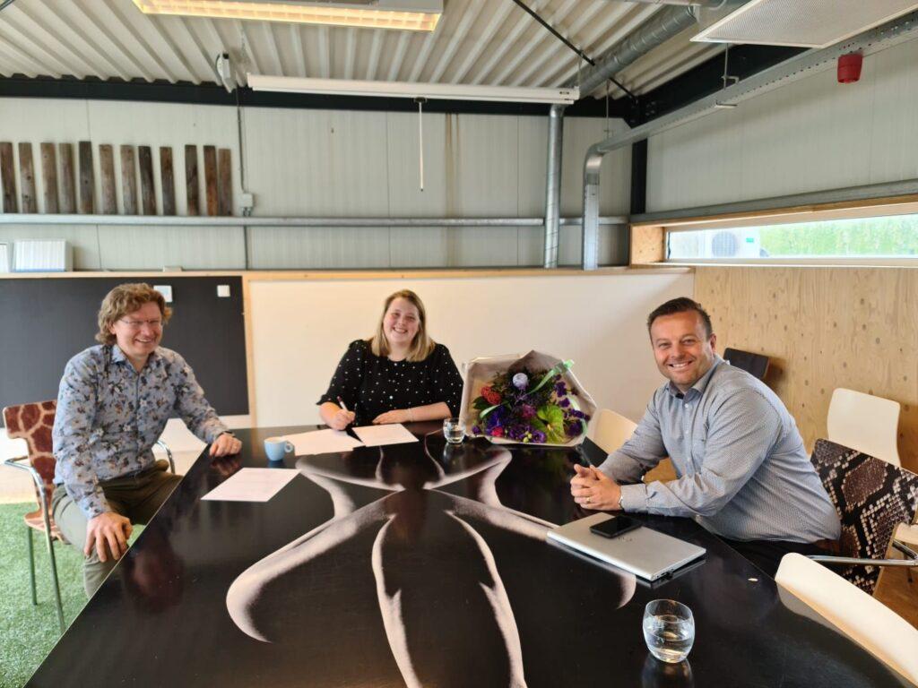 Maartje Bekhuis tijdens het tekenen van haar contract op ons kantoor in Oirschot